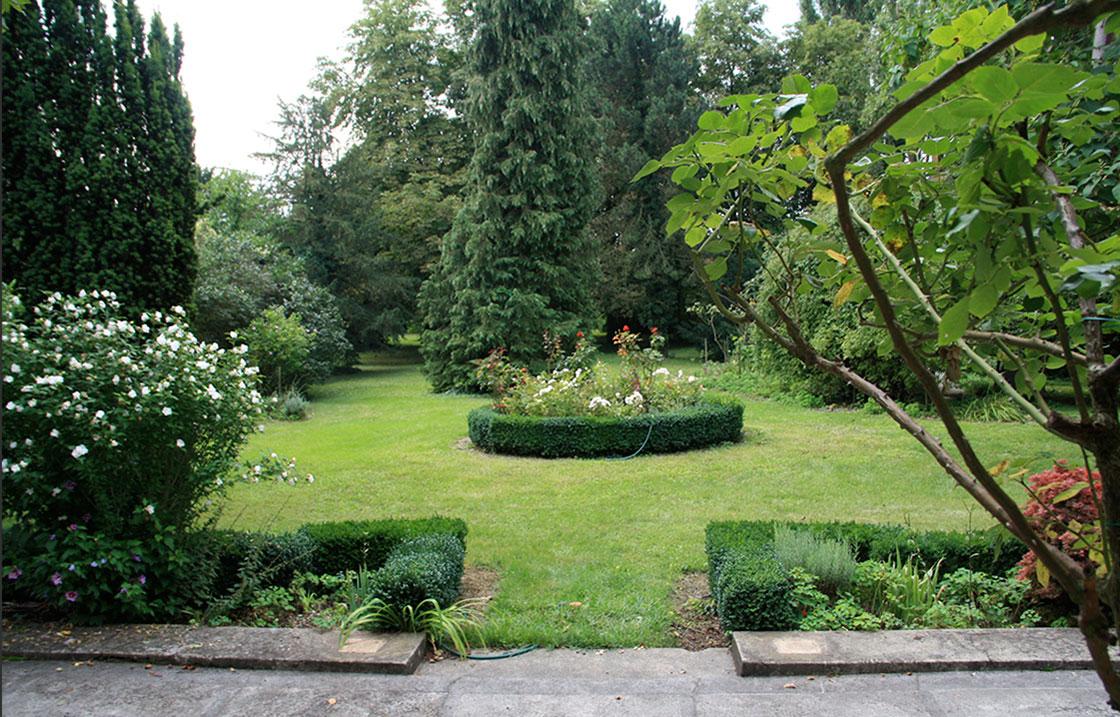 Cette discrète villa confidentielle vous permettra d'admirer les nombreuses roses et plantes rares du parc.