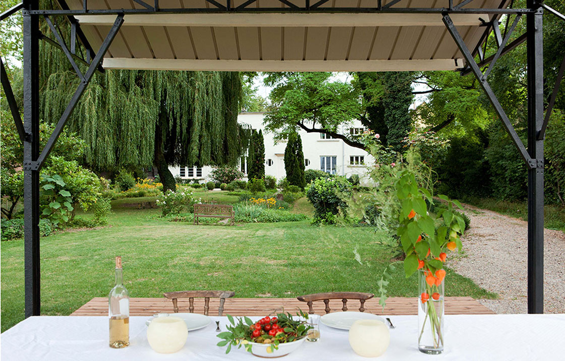 Détendez-vous et mangez à l'ombre des arbres dans un cadre luxuriant.